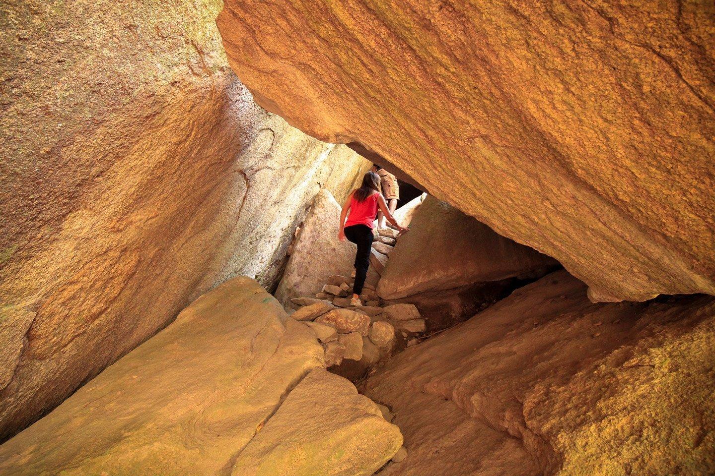Carla caminando por las rocas de Anja