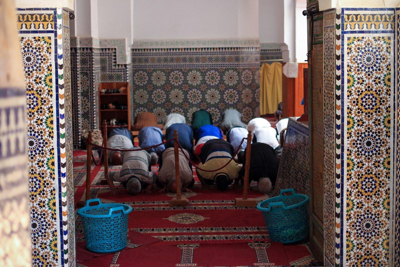 Hora del rezo, musulmanes en mezquita de Fez.