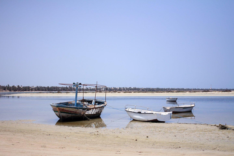 Botes en las playas de isla de Djerba, Túnez.