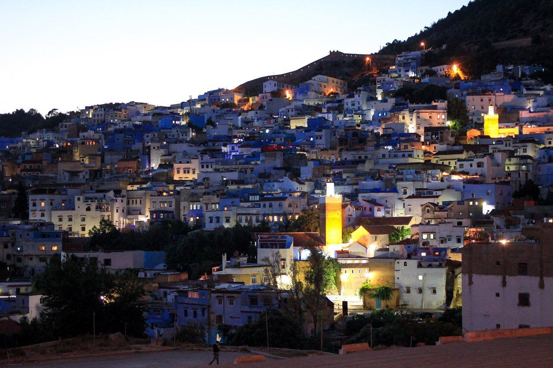 Vista nocturna de las casas azules de Chefchaouén, Marruecos.