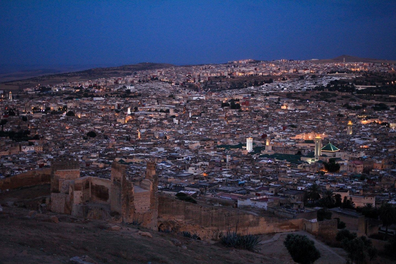 Vista nocturna de la medina de Fez, Marruecos.