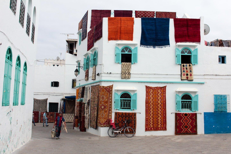Vitrina de alfombras en Arcila.