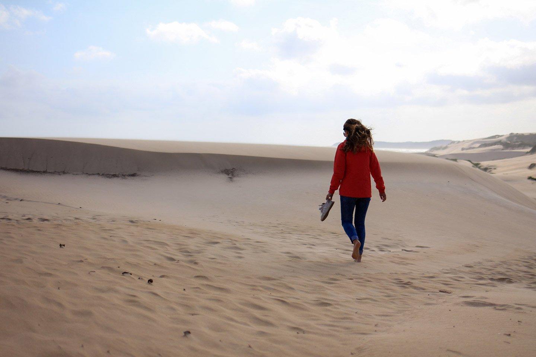Carla caminando en las dunas de Sardinia Bay, Sudáfrica.