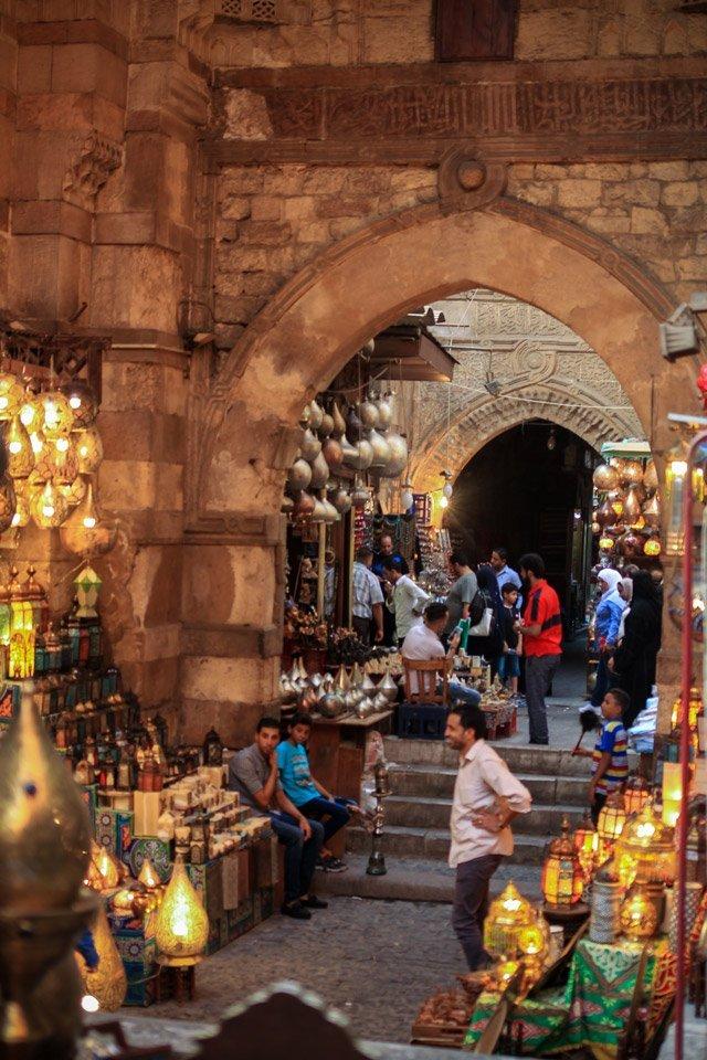 Callejones al interior de el Mercado de Khan el-Khalili.