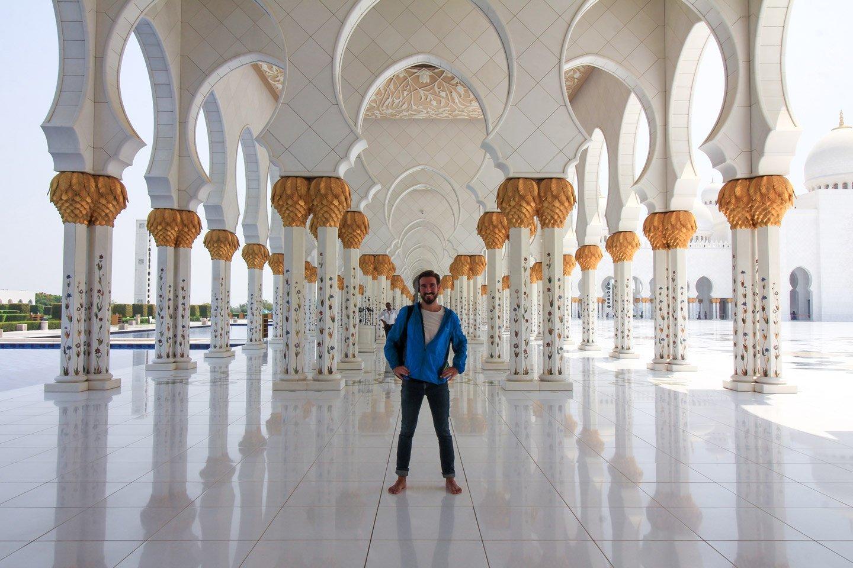 Alberto visitando la Sheikh Zayed Grand Mosque en Abu Dhabi.