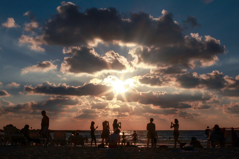 Atardecer en la playa de Tel-Aviv, Israel.