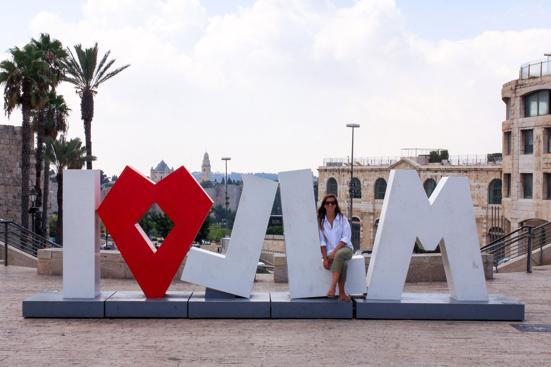 Carla en el cartel de Jerusalem.