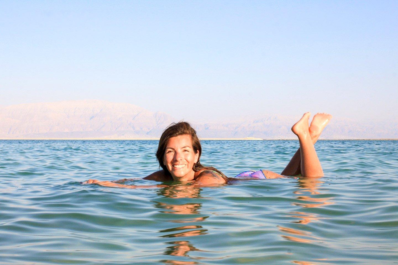 Carla flotando en el Mar Muerto, Israel.