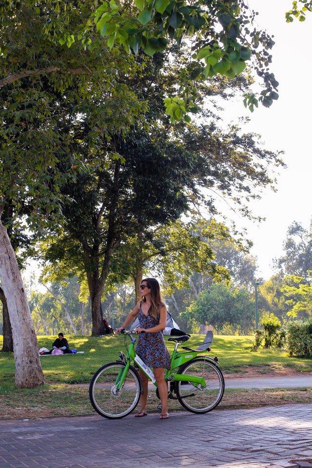 Paseando en bicicleta en el Parque Yarkón, Tel-Aviv.