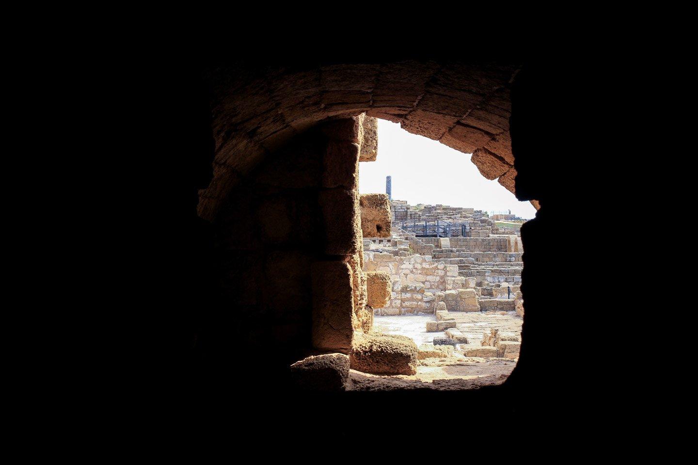 Vista de las ruinas desde el interior de un edificio en Cesarea