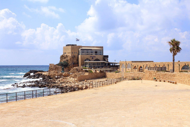 Ruinas de Cesarea con vista al mar