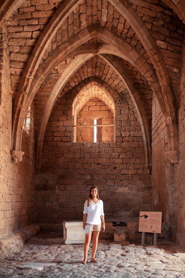 Carla en el interior de un edificio en las ruinas de Cesarea